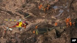 L'équipe de sauvetage après la rupture du barrage de Vale SA qui a fait 270 morts, à Brumadinho, au Brésil, le 25 janvier 2019. (Reuters/Washington Alves).