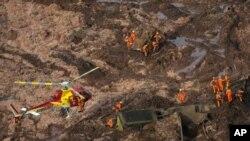 ဘရာဇီးလ္ေရကာတာ က်ဳိးေပါက္မႈအတြင္း ထိခိုက္ေပ်ာက္ဆံုးသူမ်ားကို ရွာေဖြကယ္ဆယ္ေနေရးဝန္ထမ္းေတြ ကူညီကယ္ဆယ္ေနစဥ္။ (ဇန္နဝါရီ ၂၅၊ ၂၀၁၉)