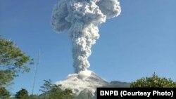 Gunung Merapi meletus selama dua menit dengan tinggi kolom abu 6.000 meter dari permukaan kawah, Yogyakarta, 1 Juni 2018. (Foto: BNPB)