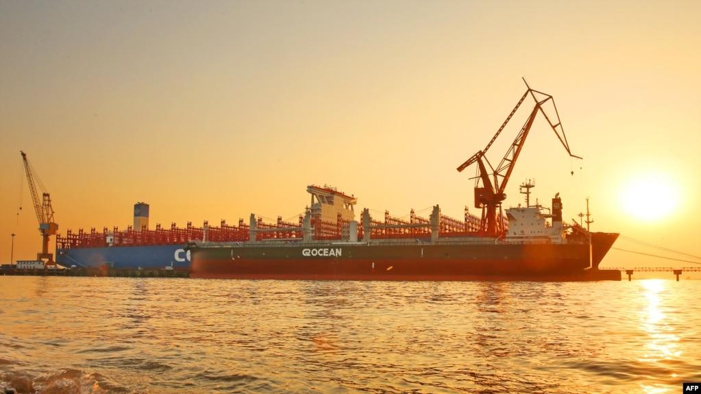 """2018年1月16日,中國江蘇省南通,一艘中國製造的2萬""""20英尺標準集裝箱""""貨輪。"""
