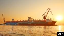 """2018年1月16日,中国江苏省南通,一艘中国制造的2万""""20英尺标准集装箱""""货轮。"""