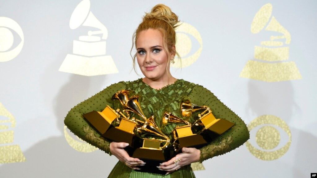 """Adele posó con los 5 premios Grammy obtenidos por su álbum """"25"""" en la 59 entrega de los galardones a lo mejor de la música, el domingo, 12 de febrero, de 2017."""