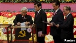 Ông Nguyễn Phú Trọng bỏ lá phiếu đầu tiên bầu Trung ương khóa 12 tại Hà Nội, ngày 26/1/2016.
