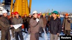 지난 2011년 12월 북한 남포항에 모인 노동자들. 북한 조선중앙통신이 배포한 사진이다.