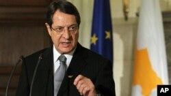 Presiden baru Siprus, Nicos Anastasiades memberikan penjelasan dalam jumpa pers (11/3). Anastasiades harus mengatasi negaranya yang dilanda krisis finansial.