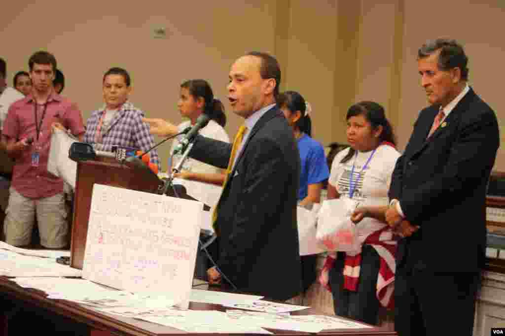 El congresista Gutiérrez señaló que ya es hora que se paren las deportaciones.