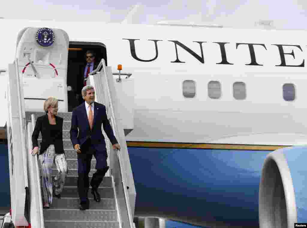 U.S. Secretary of State John Kerry steps off his aircraft alongside Australian Foreign Minister Julie Bishop, in Sydney, Aug. 11, 2014.