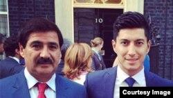 یوسف کارگر مربی و اسلام امیری، کپتان تیم ملی فوتبال افغانستان در برابر منزل صدراعظم بریتانیا در لندن