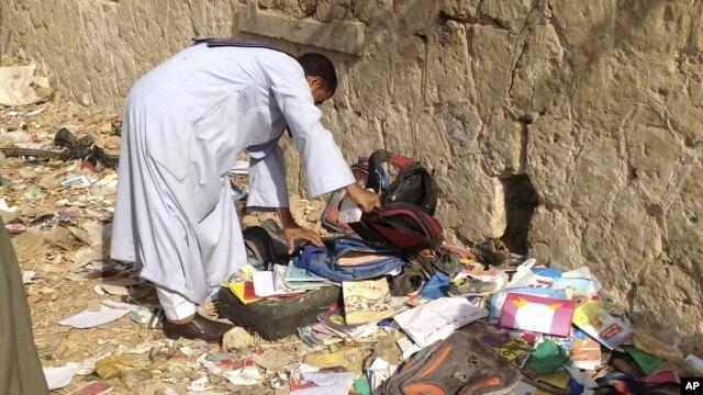 Egipćanin pregleda ostatke knjiga, svezaka i rančeva posle sudara
