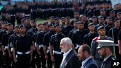 Fathi Hamad, saat menjabat menteri dalam negeri Gaza (kedua dari kanan) memeriksa pasukan kehormatan, di Jalur Gaza, 2 April 2014.
