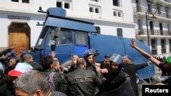 Polisi wawatawanya waandamanaji nchini Algeria.