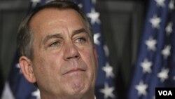 El representante Boehner se presentó sólo a hacer el anuncio a diferencia del día anterior cuando estuvo rodeado de congresistas republicanos.