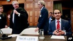 Delegasi dari Timor Leste (dari kiri): Joachim de Fonseca, Stephen Webb, Michael Wood dan Janet Legrand saat menghadiri sidang Mahkamah Internasional PBB (ICJ) di Den Haag, Belanda (3/3).