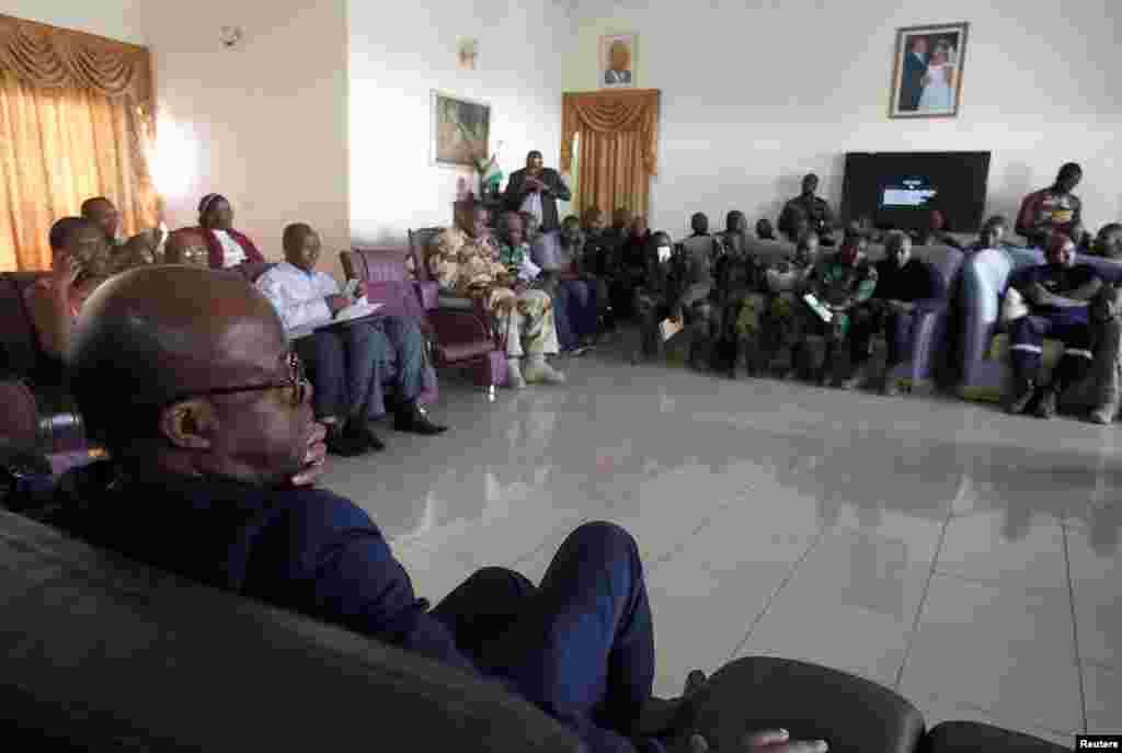 Ujumbe wa wanajeshi waloasi kwenye mazungumzo na waziri wa ulinzi, Alain-Richard Donwahi, mjini Bouake, Januari 7 2017.