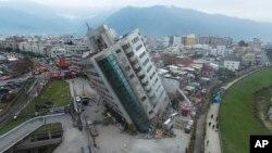 Một tòa nhà bị đổ nghiêng sau trận động đất đêm 6/2/2018 ở Hoa Liên, Đài Loan.