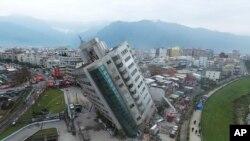 Sebuah gedung hunian bersandar pada lantai satunya yang ambruk akibat gempa bumi yang mengguncang kawasan Hualien, Taiwan selatan, 7 Februari 2018. (Foto: dok).