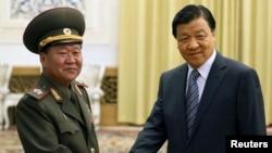 지난해 5월 북한 김정은 국방위 제1위원장의 특사로 중국을 방문한 최룡해 인민군 총정치국장이 류윈산 정치국 상무위원과 회담했다. (자료사진)
