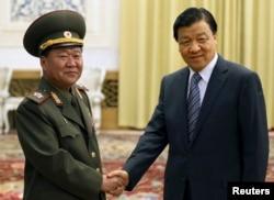 中共政治局常委刘云山和访问北京的朝鲜军队总政治局局长崔龙海(Choe Ryong-hae)握手(2013年5月23日)