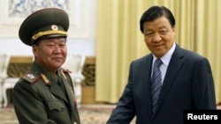 2013年5月3日,中共政治局常委刘云山(右)在北京人民大会堂与来访的朝鲜劳动党政治局常委、金正恩特使崔龙海握手。崔龙海后被降职,但作为朝鲜特使参加了中国2015年9月3日在北京举行的大阅兵。