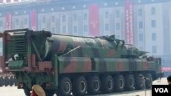 지난해 4월 북한 평양에서 열린 김일성 주석 100회 생일기념 열병식에 등장한 미사일 운반 차량.