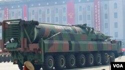 지난해 4월 북한 평양에서 열린 김일성 주석 100회 생일기념 열병식에 등장한 미사일 운반 차량. 유엔 대북제재위원회는 조사 결과 중국에서 수입한 목재 운반용 차량을 개조한 것으로 보인다고 밝혔다.