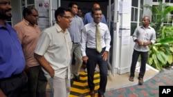 馬爾代夫前總統納希德(中)11月10日對媒體發表講話後離開