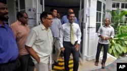 Mantan Presiden Maladewa yang mencalonkan kembali dirinya sebagai kandidat Presiden dalam Pemilu 2013, Mohamed Nasheed (tengah) seusai pertemuan dengan media di Male, Maladewa (10/11).