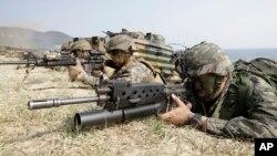 지난달 30일 한국 포항에서 미한 연례 합동군사훈련인 독수리 훈련의 일환으로 두 나라 해병대가 합동 상륙훈련을 실시하고 있다. (자료사진)