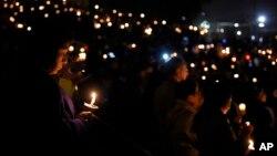 ادای احترام به قربانیان تیراندازی مرگبار روز چهارشنبه در شهر سان برناردینو در ایالت کالیفرنیا - ۱۲ آذر ۱۳۹۴