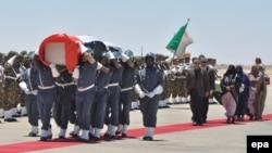 Des soldats portent, dans un cercueil, la dépouillé de Mohamed Abdelaziz, Président de la République arabe sahraouie démocratique (RASD), lors des funérailles de ce dernier, à l'aéroport de Tindouf, en Algérie 03 Juin 2016. epa/ STR