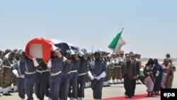 Des soldats transportant le cercueil contenant les restes de feu Sahraoui Mohamed Abdelaziz, président de la République arabe sahraouie démocratique (RASD), lors d'une cérémonie du souvenir à l'aéroport de Tindouf, en Algérie, le 04 juin 2016. EPA / STR