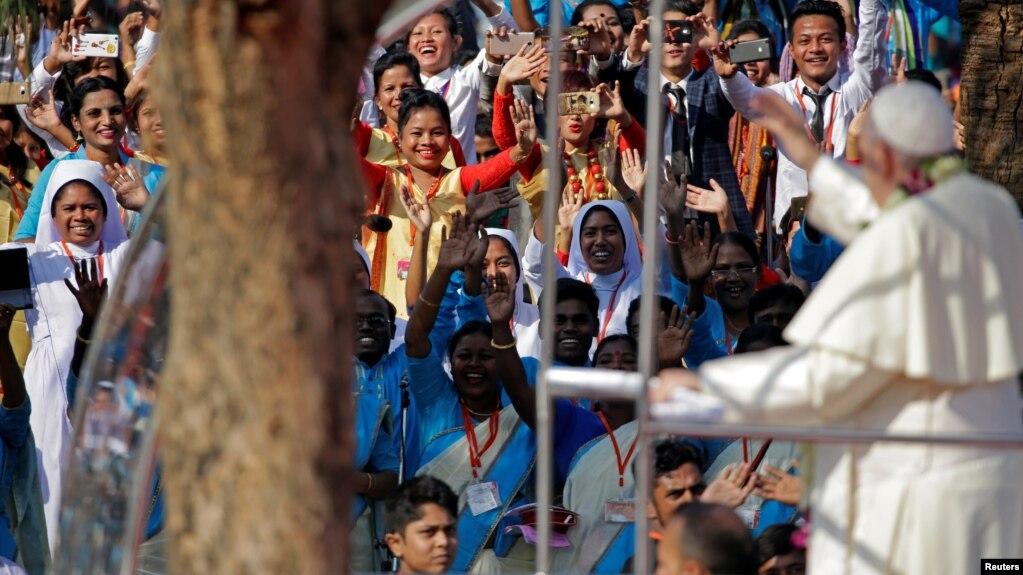 El papa Francisco salua a fieles a su arribo para una misa en Daca, Bangladesh, el viernes, 1 de diciembre de 2017.