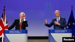 미셸 바르니에 EU 대표(오른쪽)와 영국의 데이비드 데이비스 브렉시트 장관이 31일 브렉시트 3차 협상을 마친 후 공동기자회견을 하고 있다.