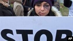 Una joven marcha en una manifestación en Rumanía contra la violencia doméstica.
