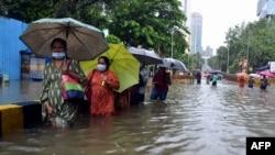 ممبئی کے مختلف علاقوں بارشوں کے بعد زیرِ آب آگئے ہیں۔
