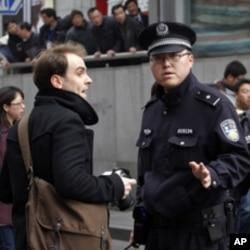 上海警察要求一名外國記者離開和平戲院附近街道