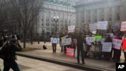 白宫外面有许多人士举行示威,抗议中国当局破坏人权