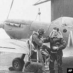 两名美国飞行员准备驾驶英国喷火式战机