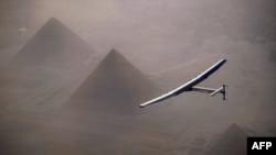 ພາບໃບແຈກຢາຍ ເປີດເຜີຍໂດຍ Solar Impulse 2 ສະແດງໃຫ້ເຫັນ ເຮືອບິນ ພະລັງແສງອາທິດ ຂັບໂດຍ ທ່ານ André Borschberg, ໃນລະຫວ່າງບິນຂ້າມ ປີລະມິດ ຂອງ Giza ກ່ອນໜ້າການລົງຈອດ ທີ່ນະຄອນໄຄໂຣ ປະເທດອີຈິບ, ວັນທີ 13 ກໍລະກົດ 2016.