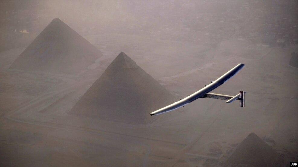 Chiếc máy bay chạy bằng năng lượng mặt trời Solar Impulse 2, được điều khiển bởi một người Thụy Sĩ tiên phong có tên André Borschberg, bay qua quần thể kim tự tháp Giza vào ngày 13 tháng 7 năm 2016 trước khi hạ cánh tại Cairo, Ai Cập.