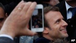 法国支持欧盟的中间派马克龙离开投票站,与支持者们握手(2017年5月7日)