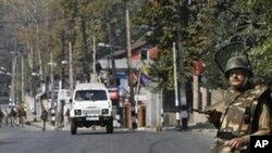 Indian paramilitary soldiers stand guard on a road leading towards the office of United Nations Military Observer Group in India and Pakistan (UNMOGIP) in Srinagar, Kashmir, India (File Photo)