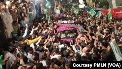 نواز شریف کی گاڑی حامیوں میں گھری ہوئی ہے۔7 مئی 2019