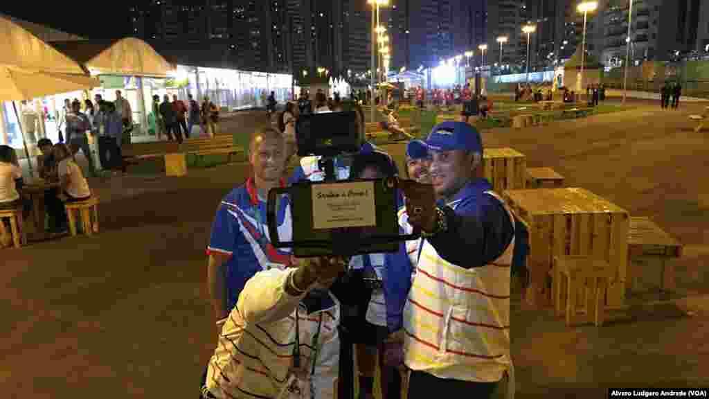 La délégation capverdienne pose pour la photo dans le village olympique, à Rio de Janeiro, Jeux Olympiques de 2016, Brésil