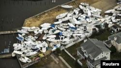 Tàu thuyền nằm rải rác trên cạn sau bão Sandy, gần Bãi biển Monmouth, New Jersey, 31/10/2012