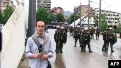 Policia dhe forcat e Natos ndërhyjnë për të shmangur përleshje etnike në Mitrovicë