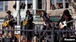 အေမရိကန္ျပည္ေထာင္စု Massachusetts ျပည္နယ္ Allston ၿမိဳ႕မွာ သူ႔ပရိသတ္ကို ေဖ်ာ္ေျဖေနတဲ့ Aerosmith ၀ိုင္းေတာ္သားမ်ား (၅ ႏို၀င္ဘာ ၂၀၁၂)
