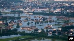 미국 텍사스주 포트아서 시가 홍수로 침수된 모습을 31일 상공에서 촬영했다.