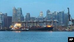 Sebuah kapal peti kemas memasuki pelabuhan Singapura (Foto: dok). Biro Maritim Internasional (IMB) melaporkan hilangnya sebuah kapal tangki Thailand MT Orapin 4 setelah meninggalkan pelabuhan ini, Selasa (27/5) yang lalu.