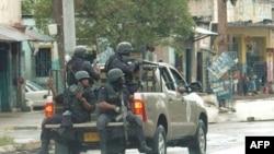 Cảnh sát tuần tra trung tâm Kingston ở Jamaica. Giới hữu trách Jamaica đang nỗ lực truy quét tội phạm sau khi xảy ra tới 30 vụ giết người tại hòn đảo trong tuần đầu của năm 2012